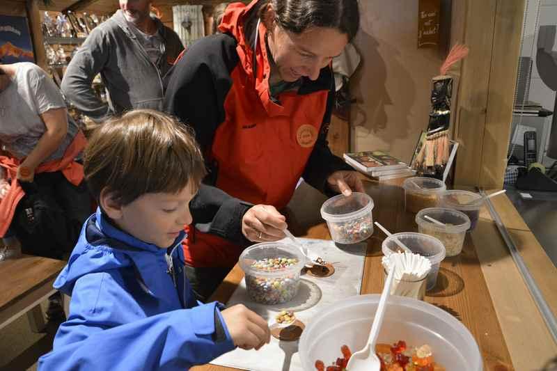Das macht den Kindern Spaß: Selbst eine Schokolade machen und die Verzierung aussuchen.