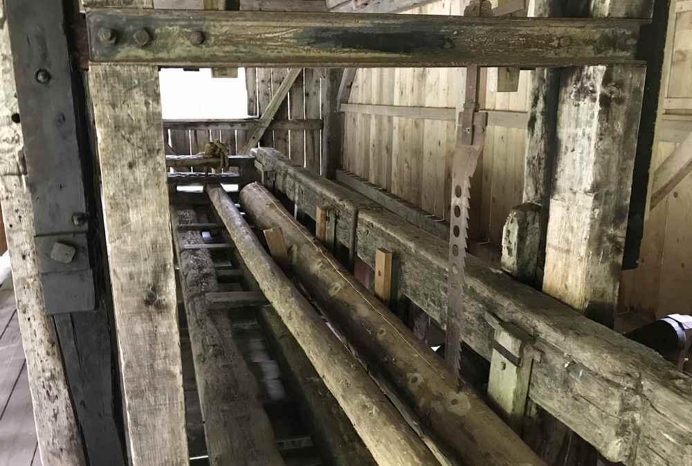 Die historische venezianische Säge am Eingang in das Dösental