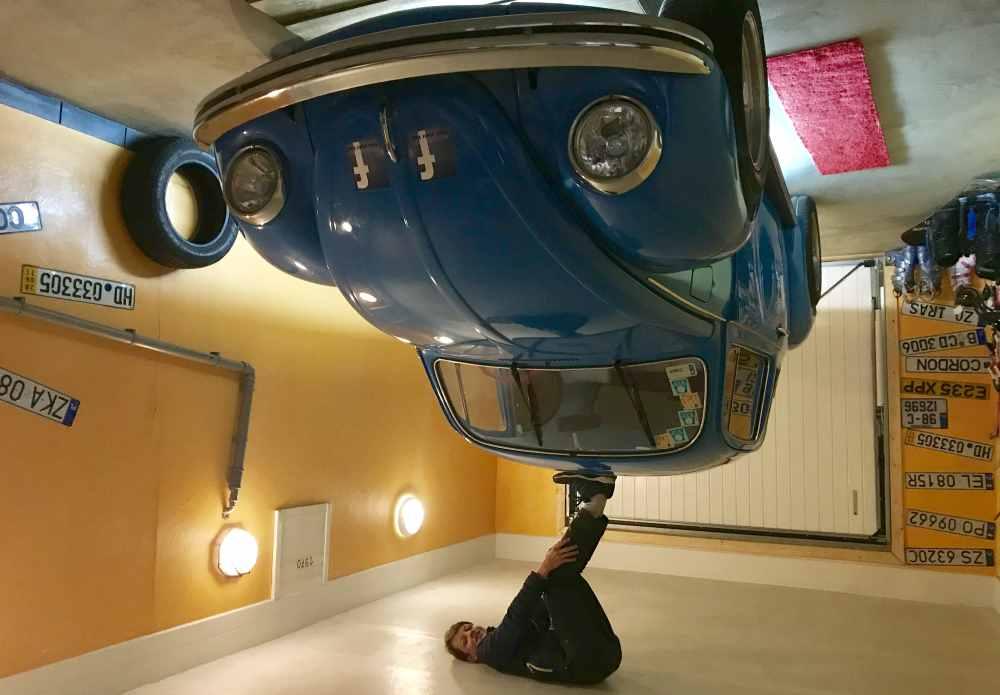 Mit viel Kraft kannst du das Auto in die Luft stemmen ...