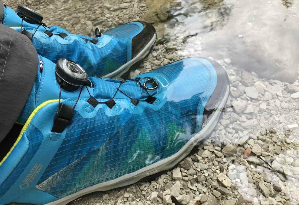 Mein Schuhtest: Sind die Wanderschuhe von Viking wirklich wasserdicht? Ich stellle mich in das glasklare Bergwasser.