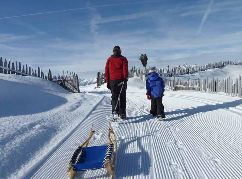 Das lieben wir beim Schlittenfahren: Den echten Winter mit Kindern erfahren. Mit Ruhe und Sonne in der Natur rodeln.