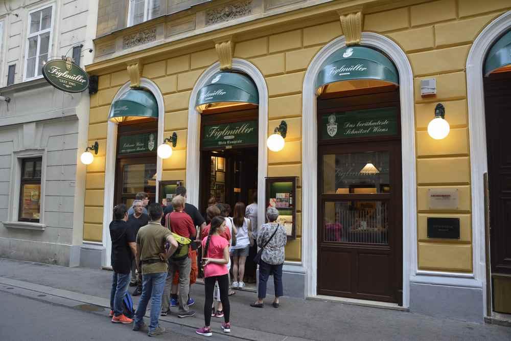 Wo wurde das Wiener Schnitzel erfunden? - beim Figlmüller in Wien. Dementsprechend lang ist die Warteschlange.