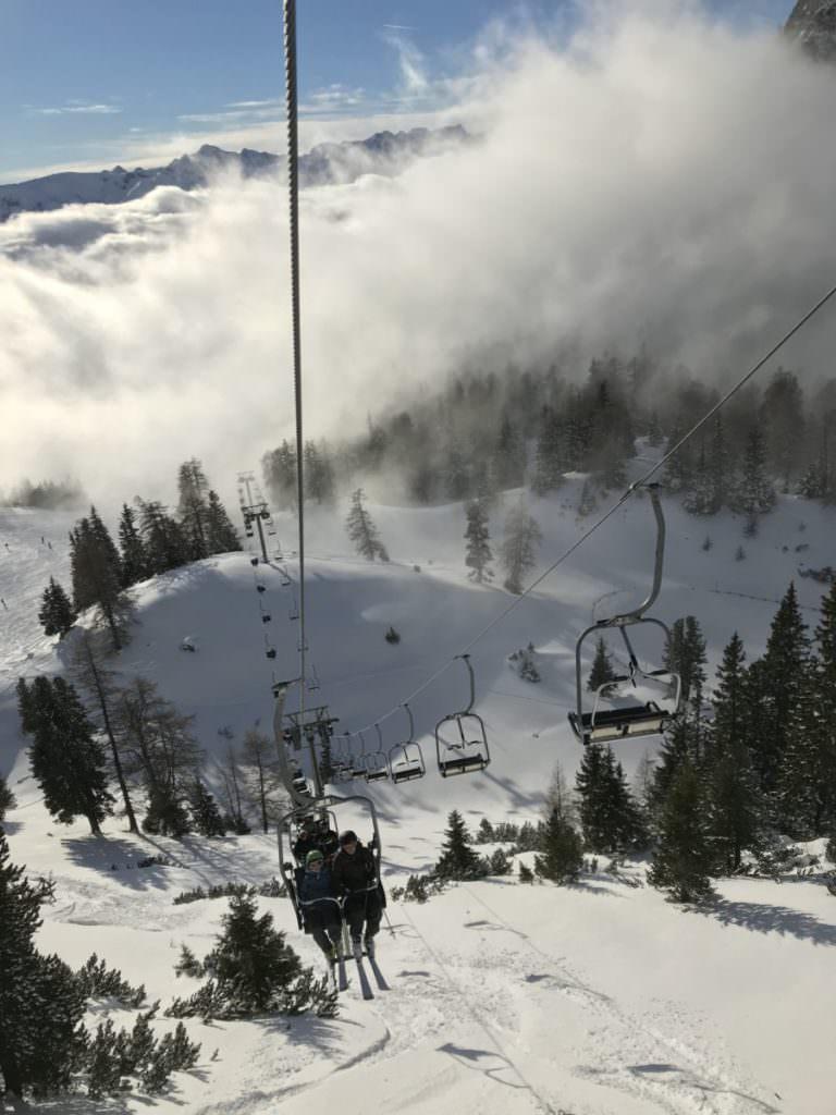 Achensee Skiurlaub mit Kindern in Tirol - eine der Sesselbahnen im Skigebiet Rofan