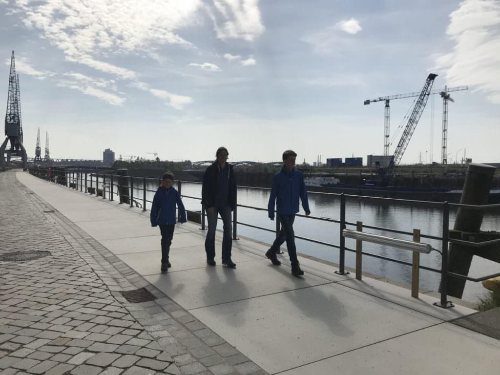 Ausflug Hamburg: Vom Familienhotel nahe der Elbphilharmonie gehen wir zu Fuß