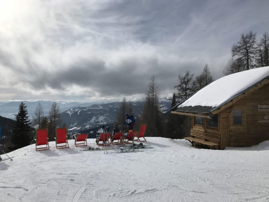 Im Bad Kleinkirchheim Skigebiet in Kärnten: Sonnenstühle direkt an der Piste - einfach mal kurz auspannen und sonnen!
