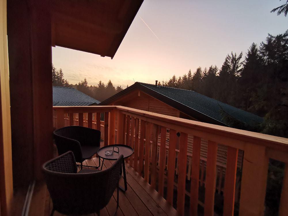 Gewaltige Stimmung: Sonnenaufgang vom Bett aus im Baumhaushotel Kopfing
