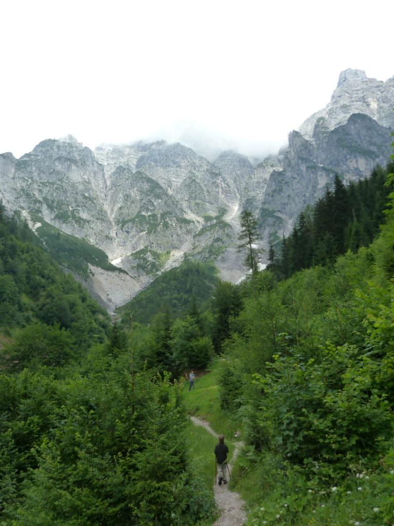 Birnbachloch Leogang wandern: Auf dem schmalen Steig geht es weiter hinauf
