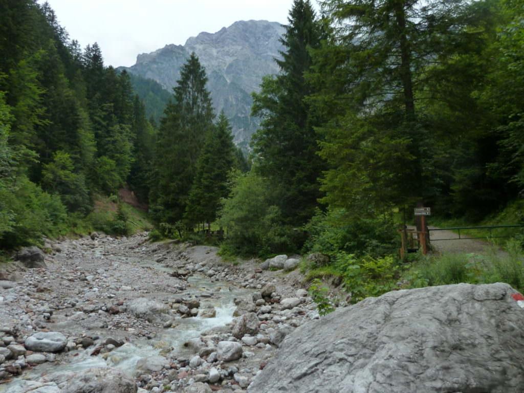 Am Bach startet der anfangs breite Wanderweg in die Leoganger Steinberge