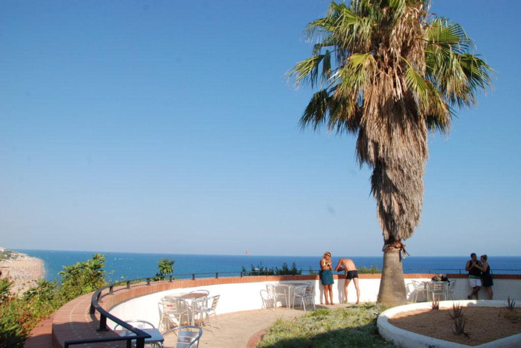 Calella Spanien - Aussichtspunkt beim Leuchtturm auf das Meer und den Strand