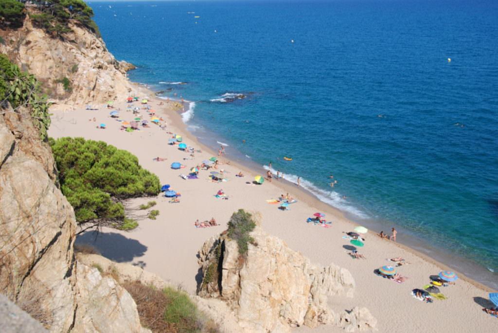 Calella Strand - zwischen den Felsen ist es ruhiger als am großen Sandstrand