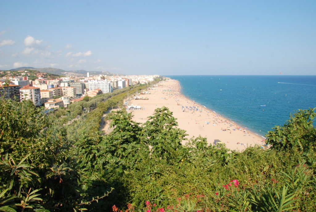 Das ist Blick beim Leuchtturm auf den Calella Strand