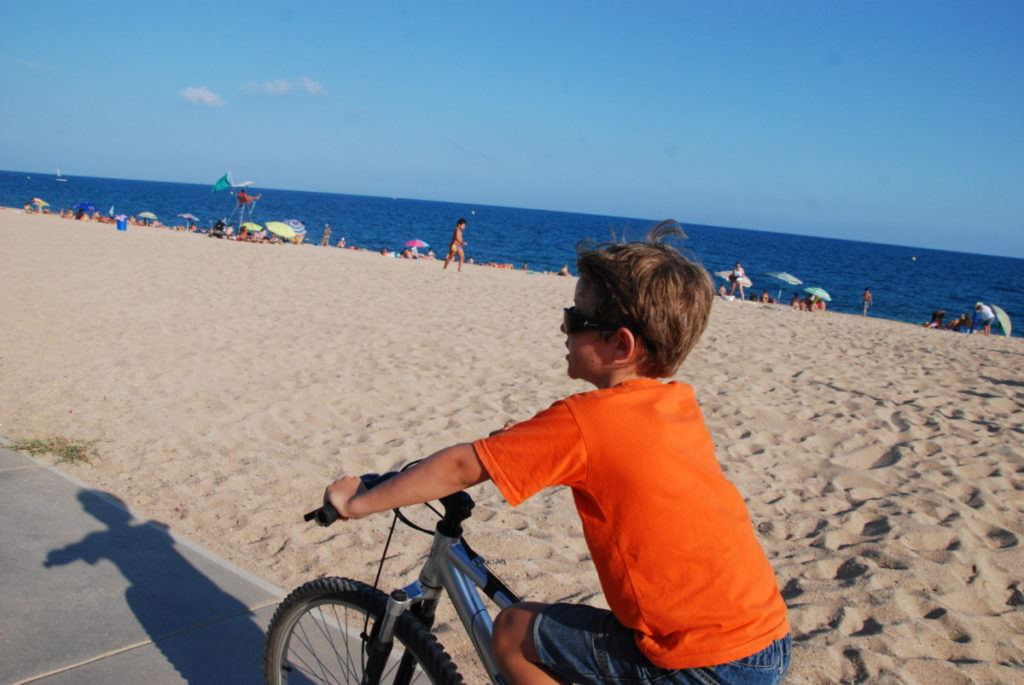 Familienurlaub Katalonien - am Strand entlang mit dem Fahrrad