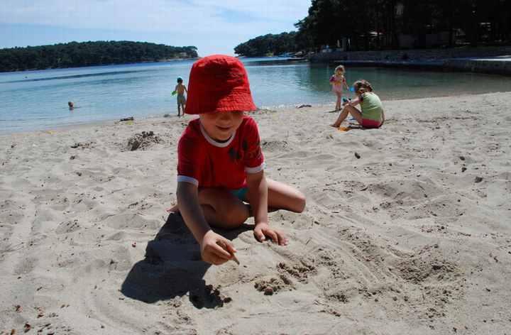 Ein kleines Stück Sandstrand in unserem Familienurlaub