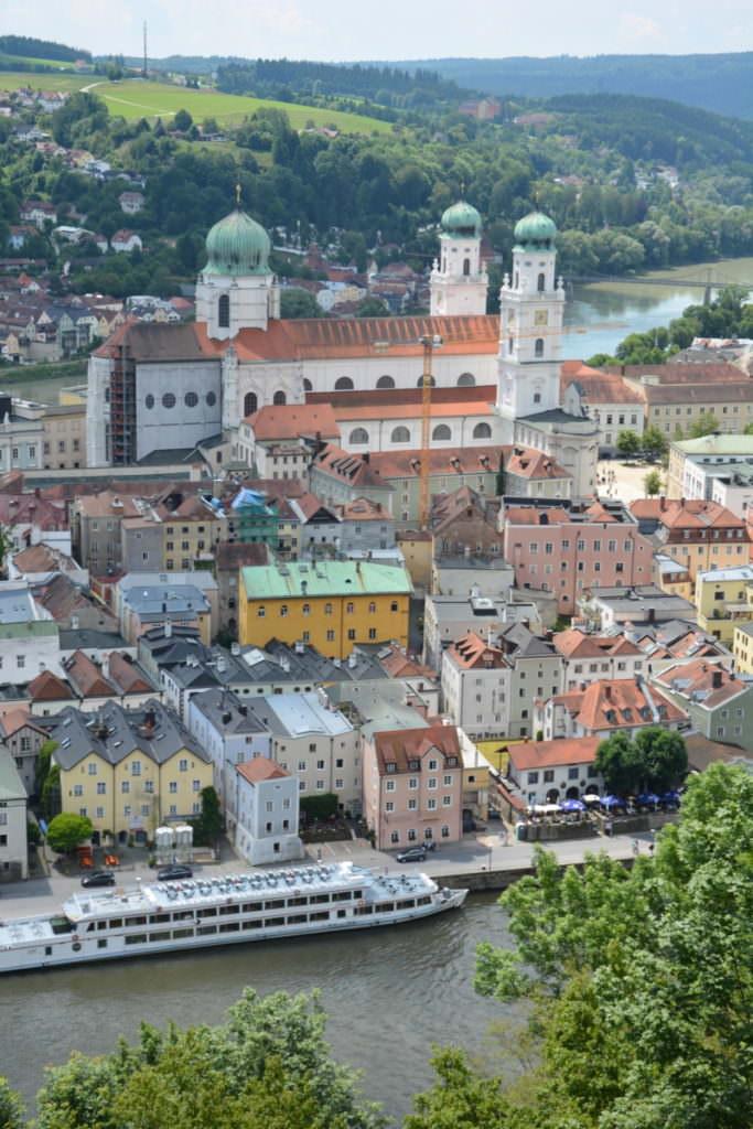 Familienurlaub Passau mit Kindern - der Blick von der Veste auf die Altstadt mit dem Dom zwischen Donau und Inn