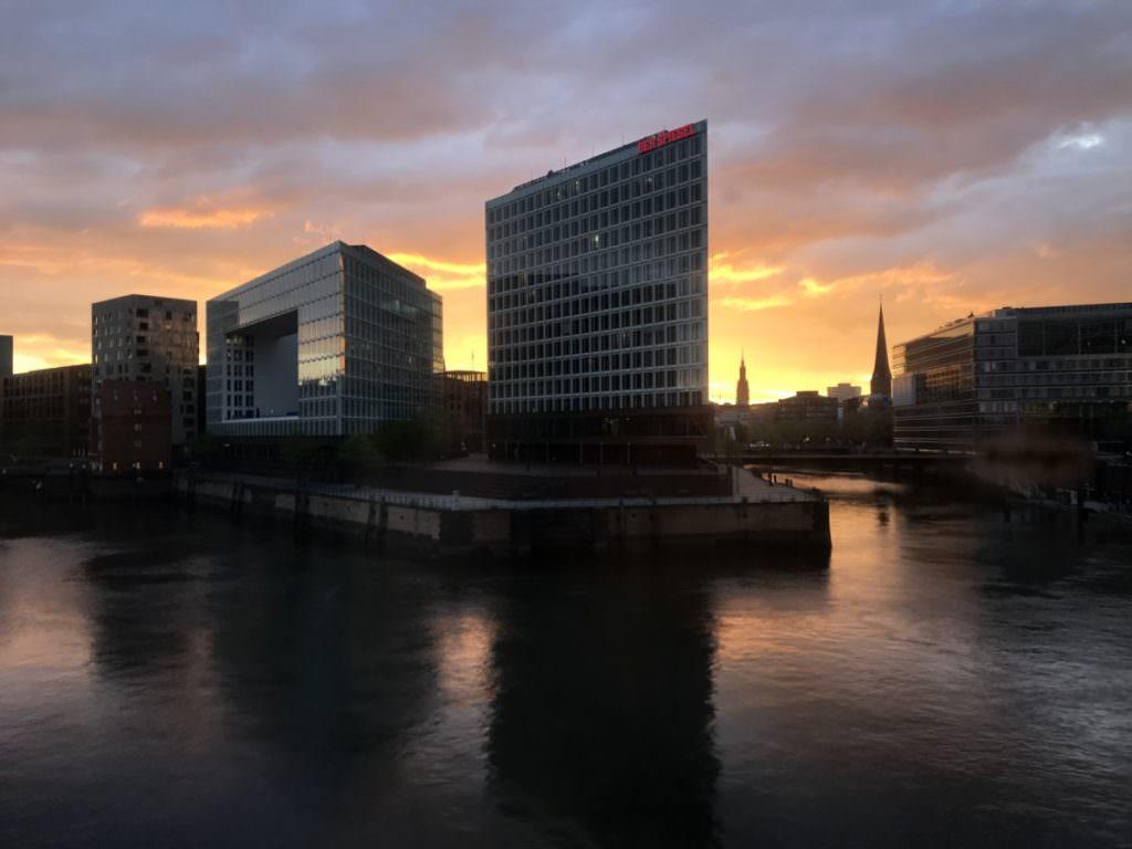 Sonnenuntergang in Hamburg - mit diesem Bild verabschieden wir uns aus dem Zug von Hamburg