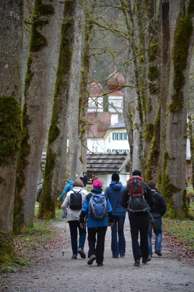 Königssee wandern mit Kindern - zwischen den Bäumen zur berühmten Kapelle