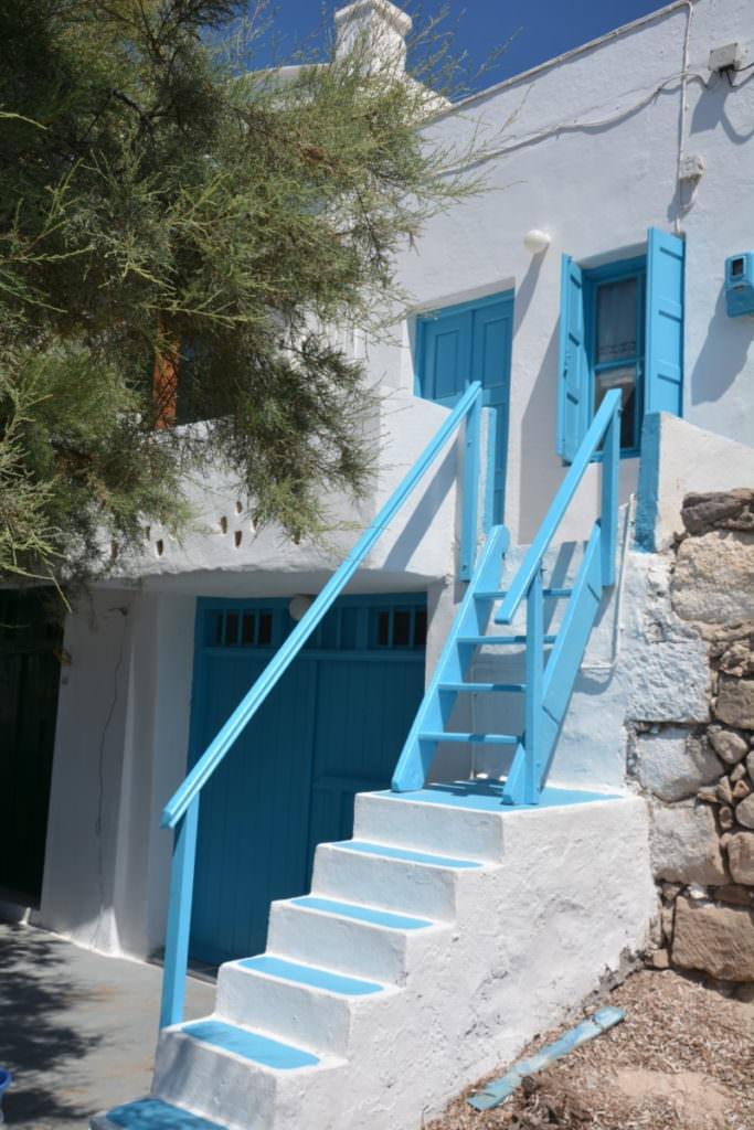 Klima Milos: Über diese Außentreppe kommen die Bewohner vom Strand hinauf in den ersten Stock