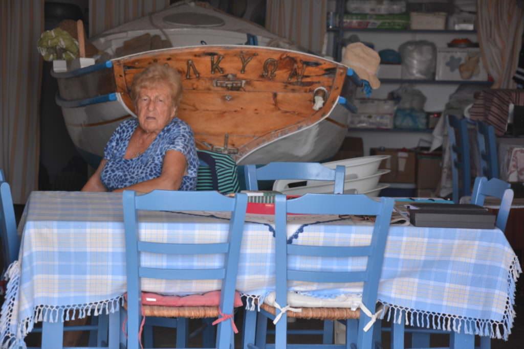 Klima Milos: Das Wohnzimmer: Tisch, Stühle und das Boot
