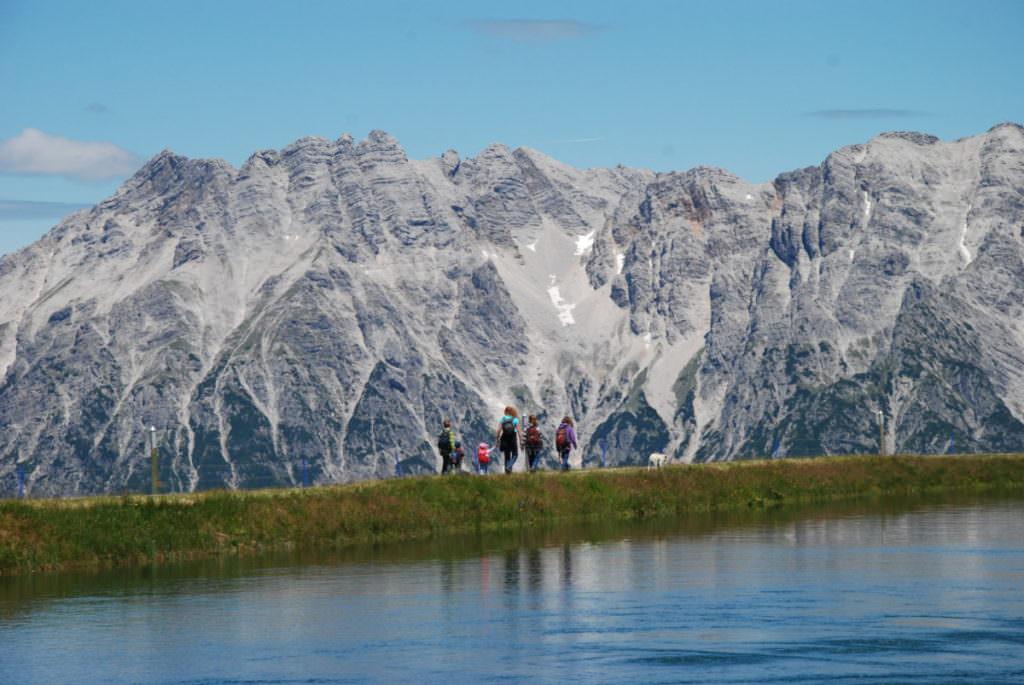 Leogang mit Kindern - wandern mit Blick auf die Leoganger Steinberge