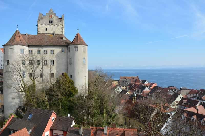 Die Meersburg mit dem Bodensee