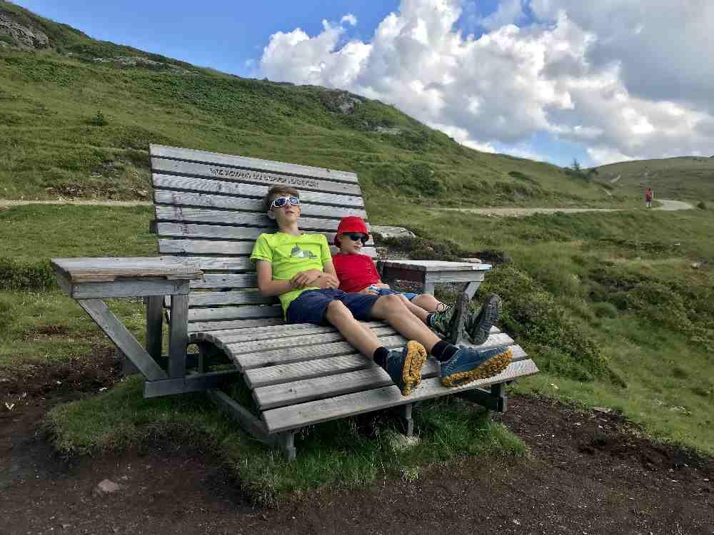 Rasten gehört auch dazu auf der Millstätter See Familienwanderung in Kärnten