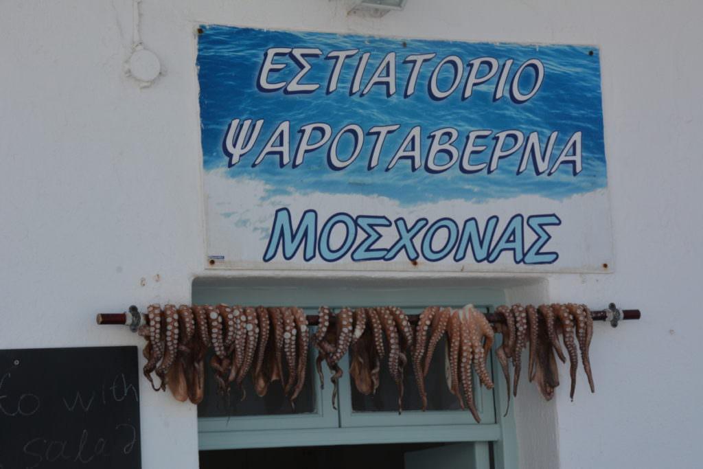 Vor dem Restaurant hängen die frischgefangenen Tintenfische