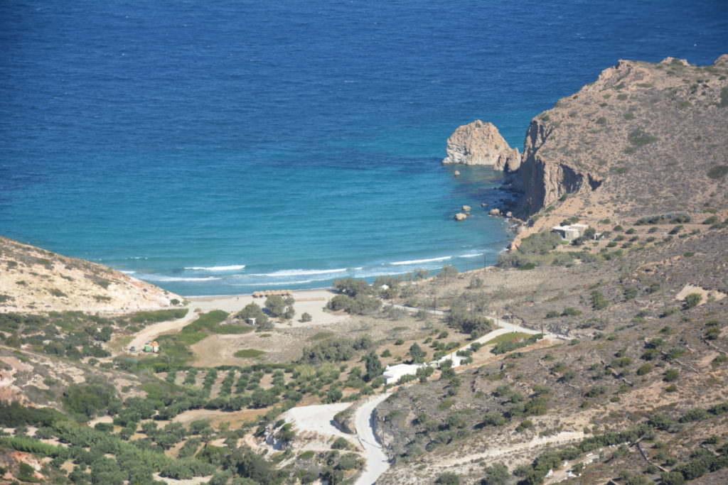 Plaka Milos: Der Blick von oben auf den Strand