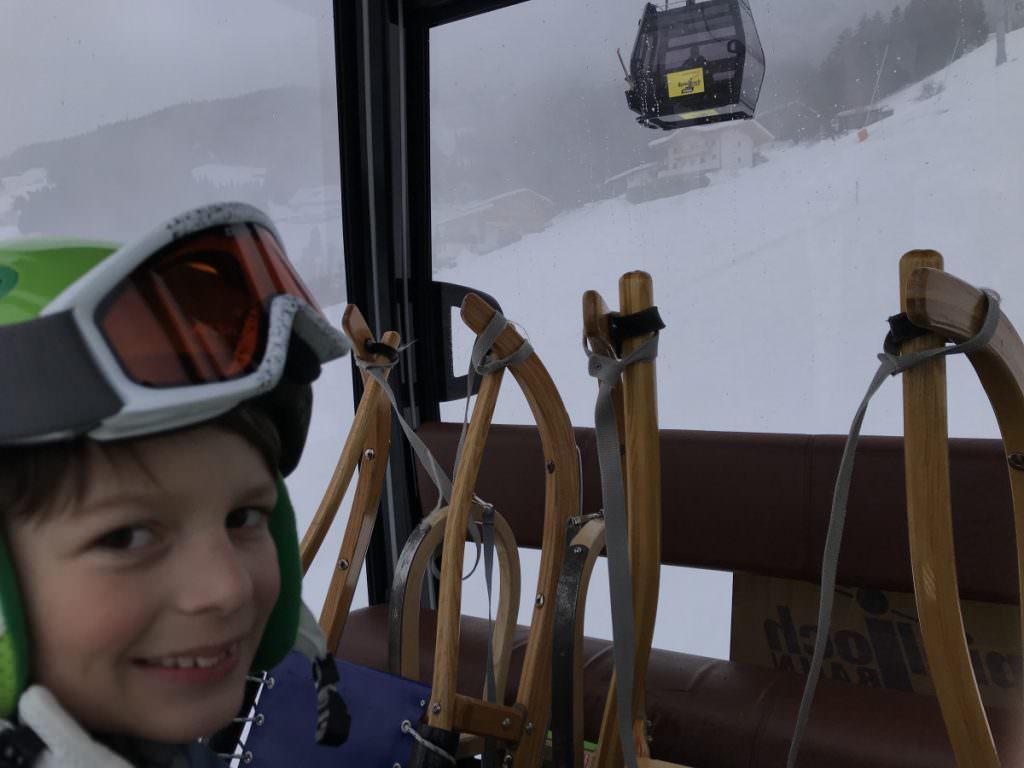 Rodeln mit Lift - in einer modernen Gondel mit Rodel bergauf fahren