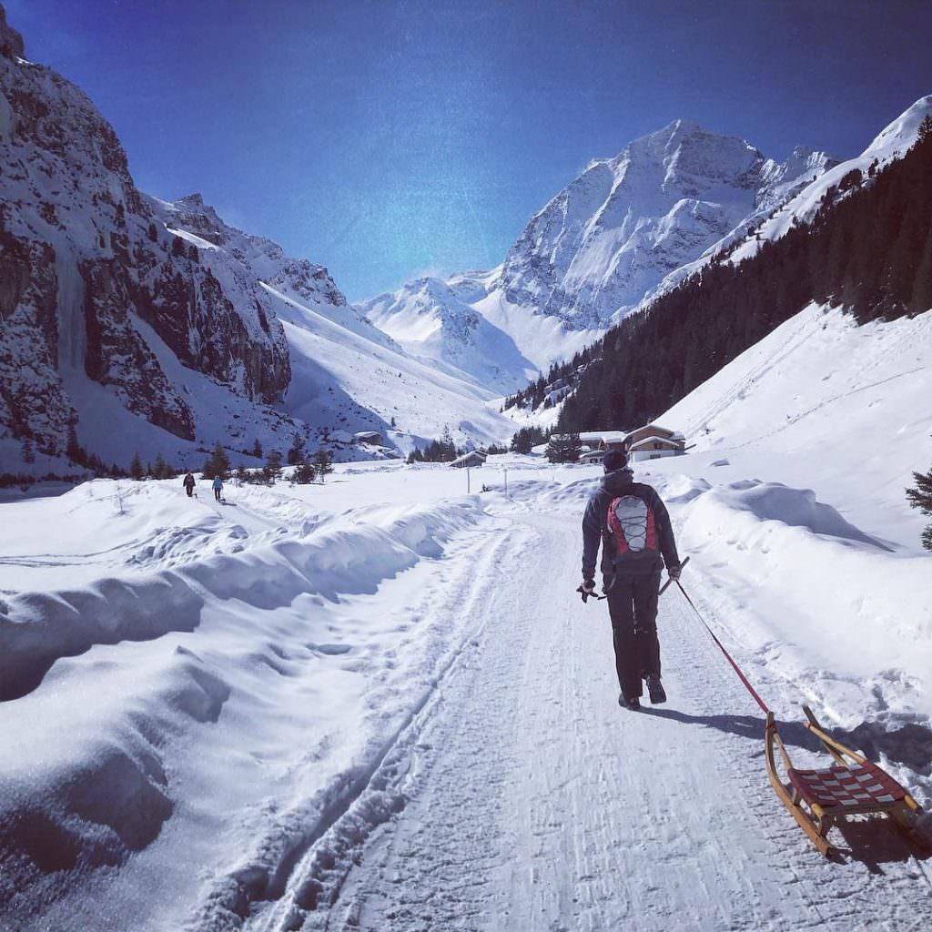 Rodeln in den Bergen: Tolle Winterstimmung und schöne Rodelhütten an der Rodelbahn im Winter