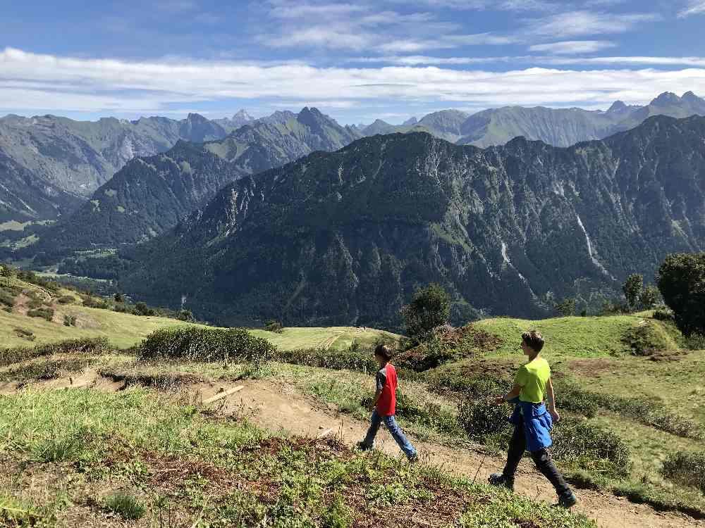 Vom Familienhotel im Kleinwalsertal in die Berge wandern