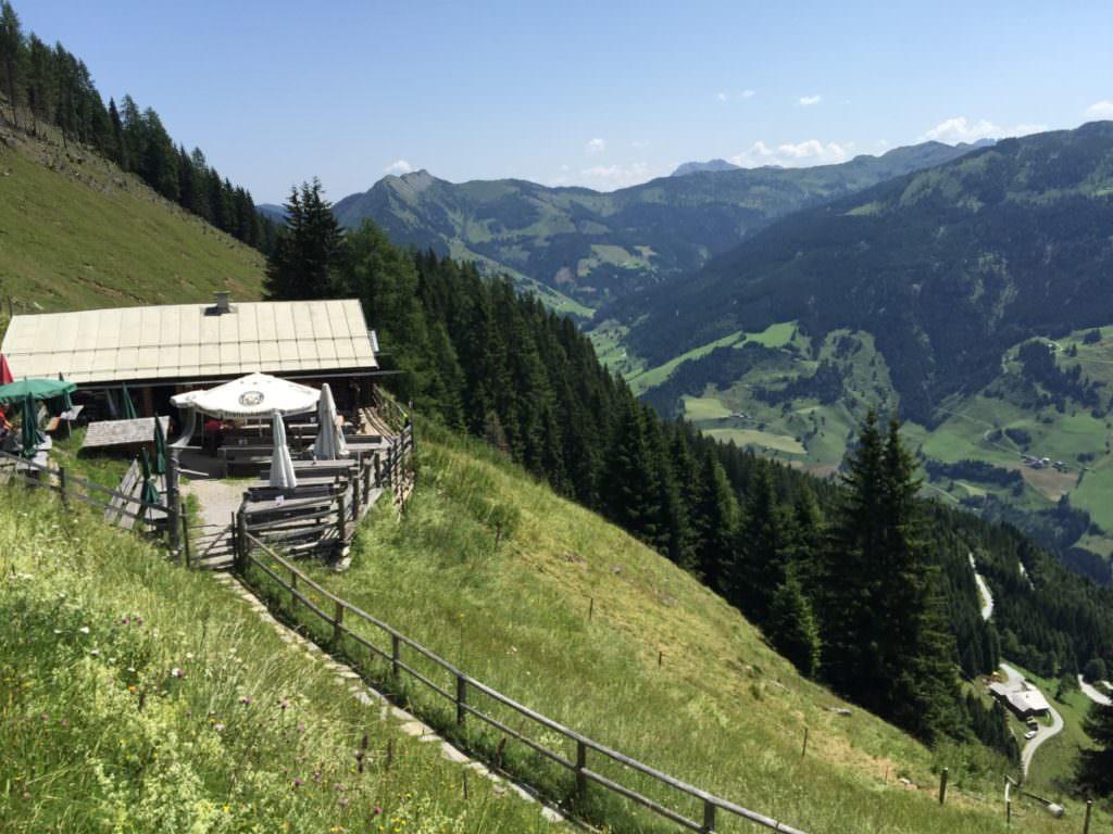 Das ist die Viehhausalm mit dem Ausblick auf die Berge