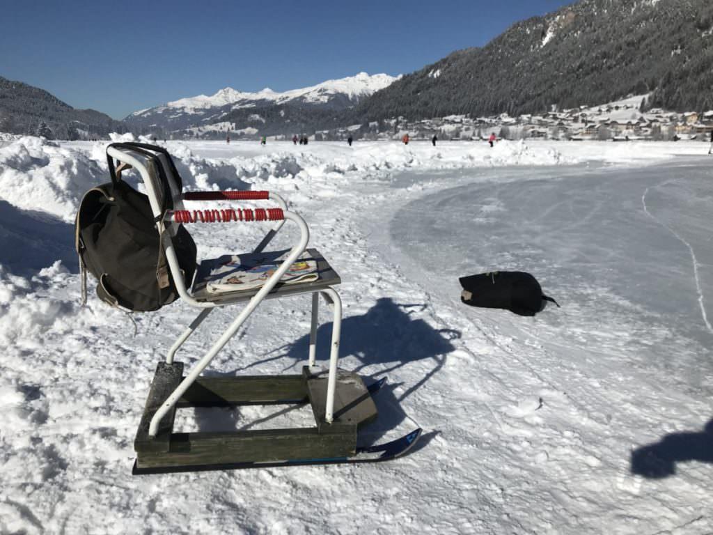Am Weissensee eislaufen - mit Stuhl und Ski als Kufen?