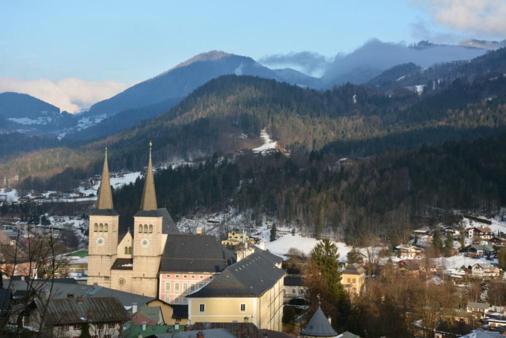 Winterwandern Bayern in Berchtesgaden: Das ist der Blick vom Soleweg auf den Ort und die Berge