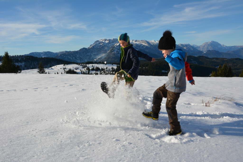 So macht die Winterwanderung mit Kindern allen Spaß