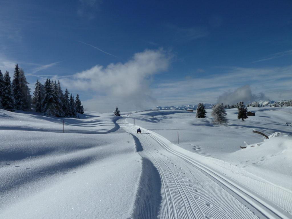 Winterwanderung mit Kindern - auf einem präpariertem Weg im Schnee