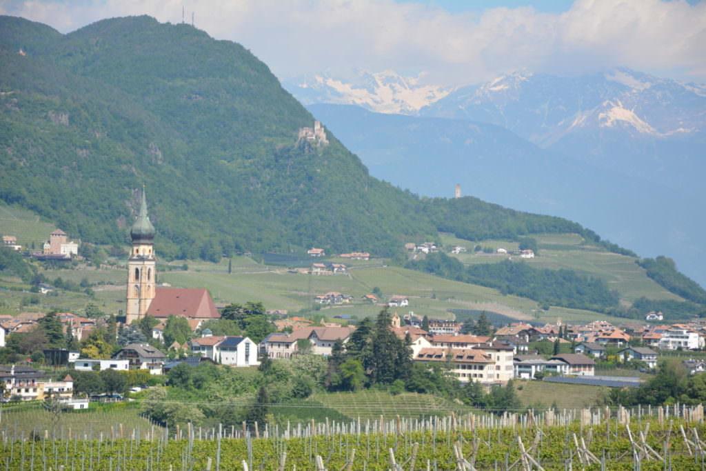 Burgenwanderung Eppan - Blick über den Ort auf die Burgen und die Berge
