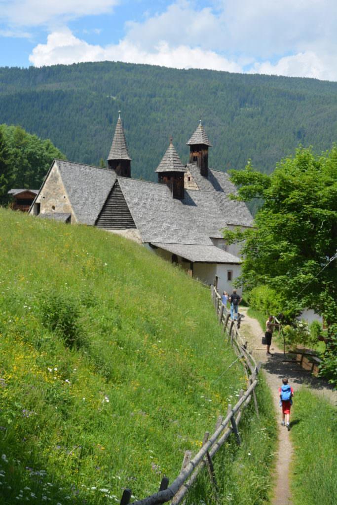 Von den Wasserfällen in Südtirol nach Dreikirchen wandern