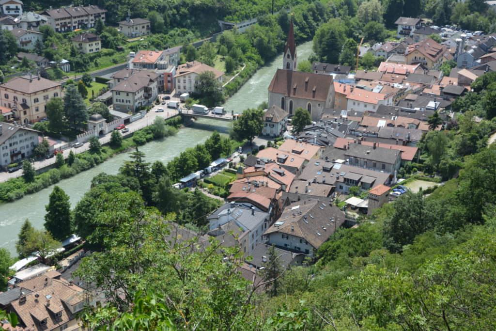Der Blick vom Kloster Säben auf den Ort Klausen