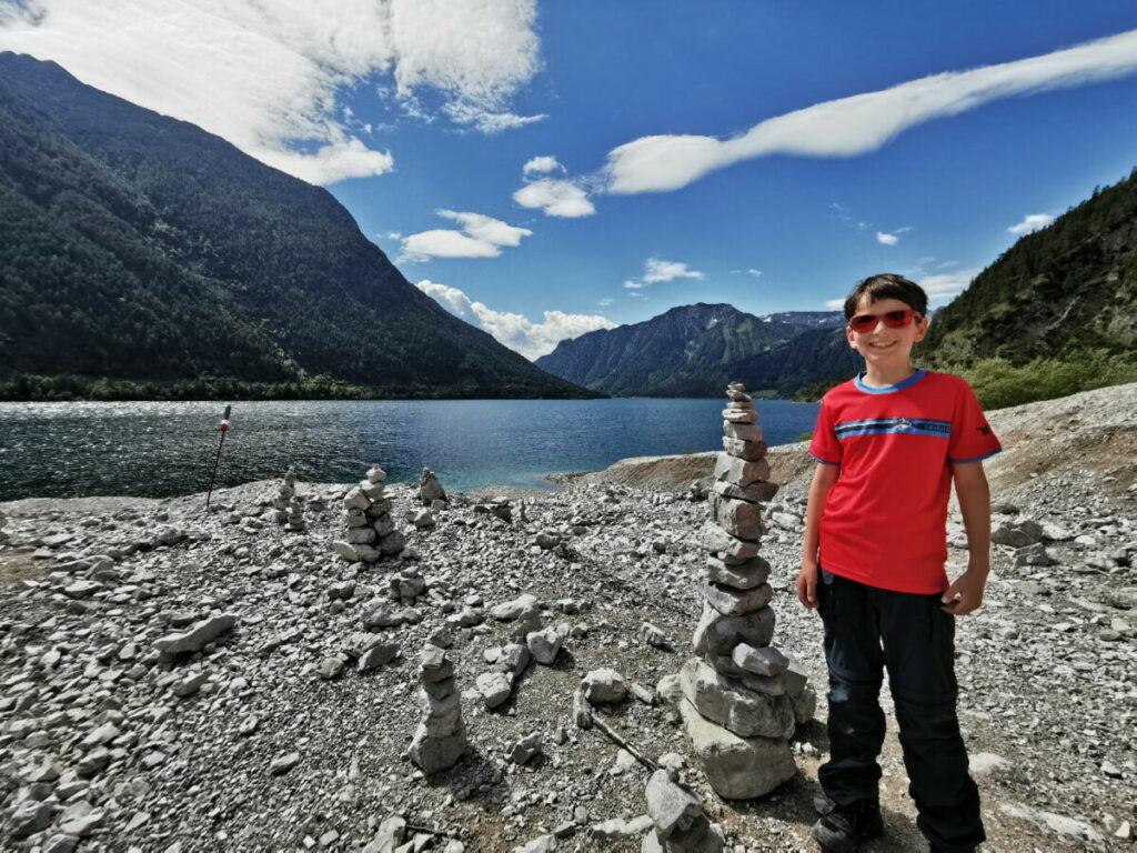 Kinderhohe Steinmännchen bei unserem Achensee Ausflug mit Kindern