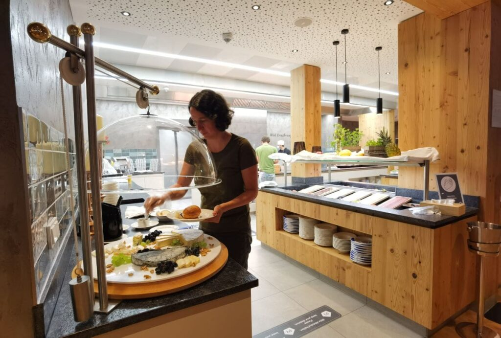 Beim Frühstücksbuffet im Familienhotel Bayrischzell