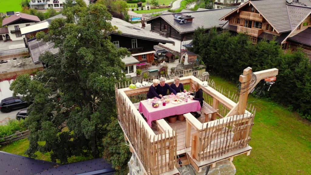 Almdorf Almlust in Flachau - Frühstück in luftiger Höhe am Klettersteig über den Dächern