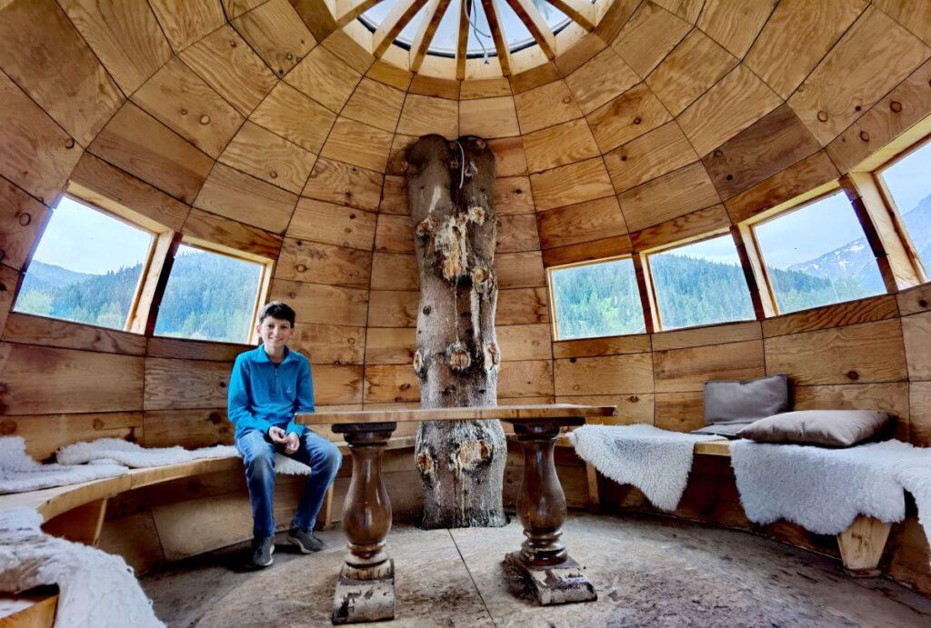 Ein Baumhaus zum Spielen & Chillen - eine der vielen Besonderheiten in Almi´s Berghotel