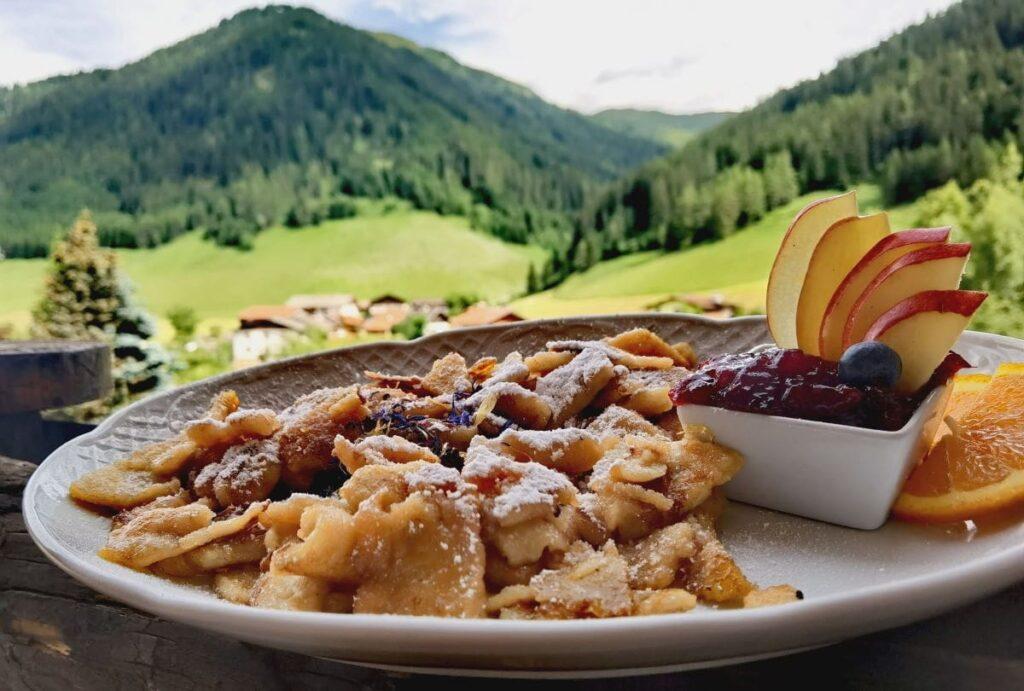 Das ist der traumhafte Kaiserschmarrn in Almis Berghotel im Obernbergtal