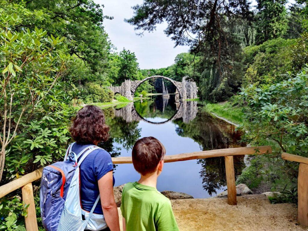 Ausflugsziele Oberlausitz mit Kindern: Die bekannte Rakotzbrücke im Park Kromlau