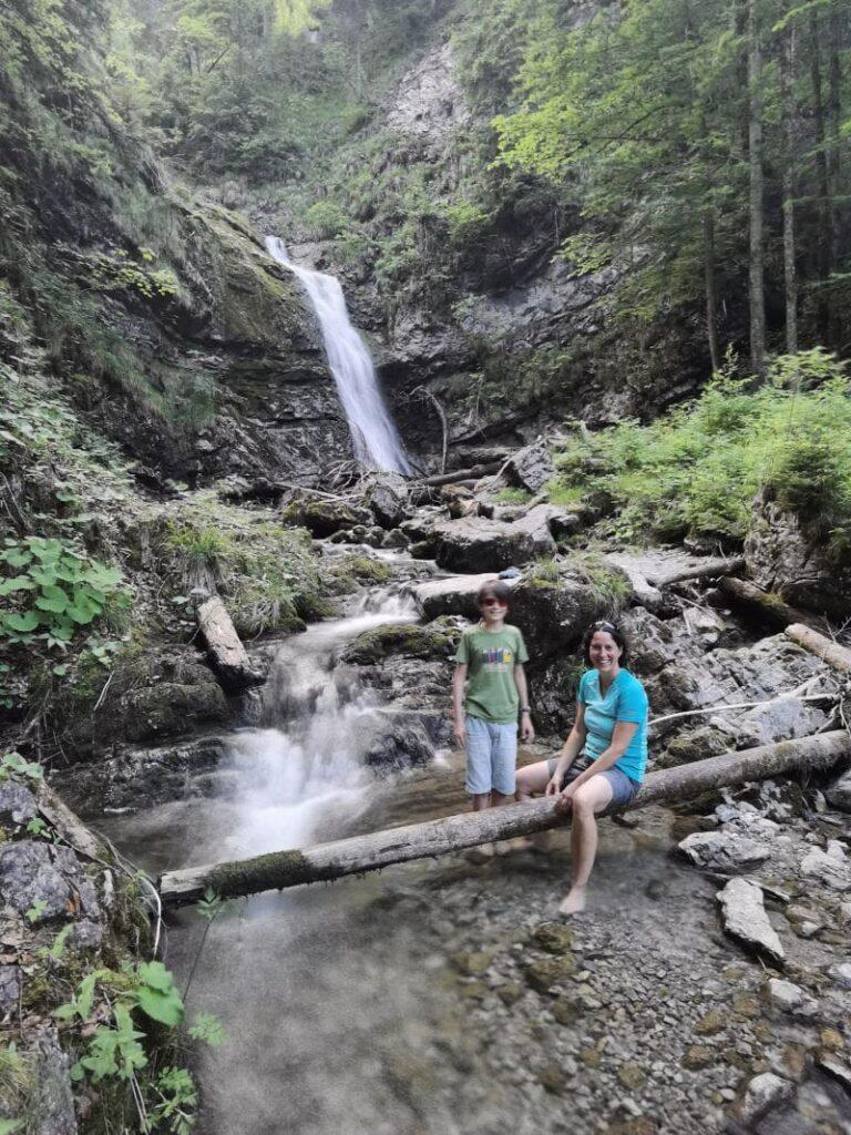 Hitze Ausflugsziel - direkt mit dem Auto zu erreichen: Der Wasserfall in Bayrischzell beim Parkplatz Sillberghaus