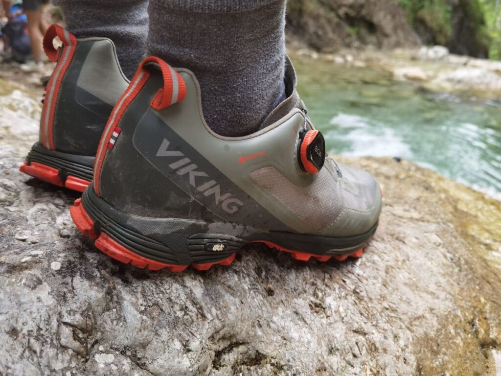 Bitte nur mit Wanderschuhen zu Gumpen & Wasserfällen wandern! Unsere halbhohen Viking Wanderschuhe reichen aus, du kannst aber auch halbhohe Wanderschuhe verwenden. Wie du es lieber hast.