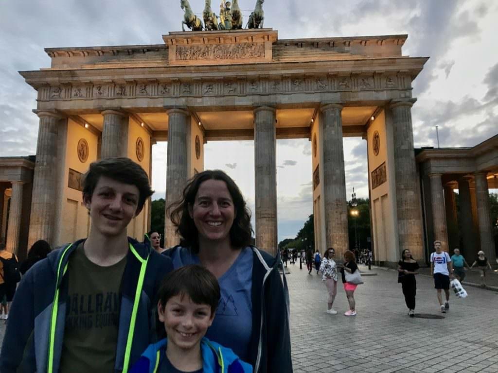 Berlin mit Kindern kostenlos - vom Brandenburger Tor gehen wir hinüber zum Reichstag