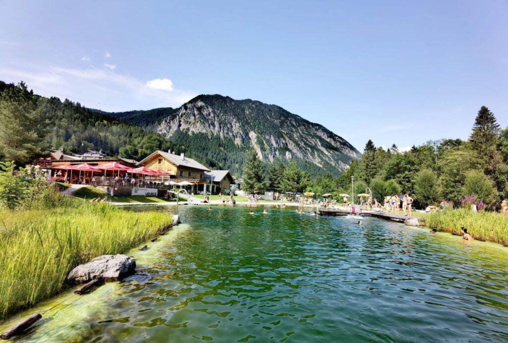 Brandnertal See zum Baden: Der Naturbadesee Alvierbad, wenige Minuten zu Fuß vom Familienhotel Lagant entfernt