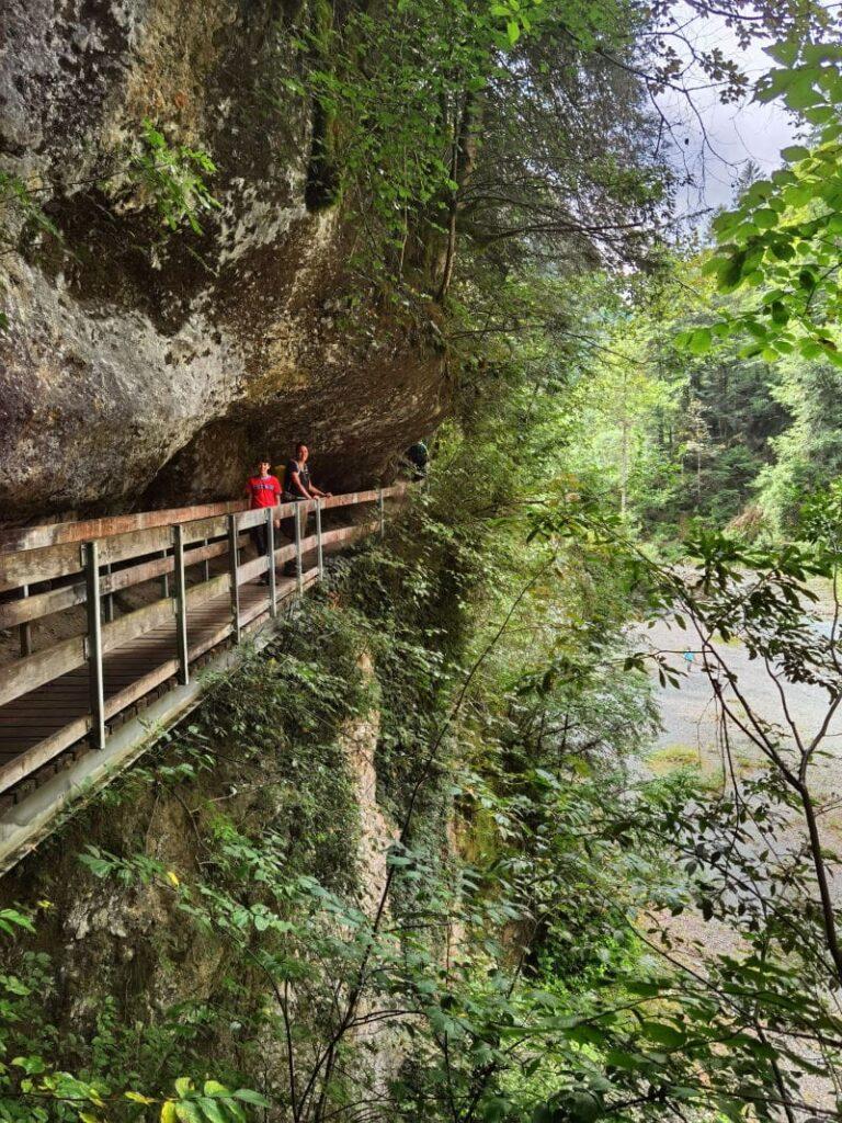 Schmal ist der Platz zwischen den Felsen und den Brücken - ein großes Abenteuer für Kinder
