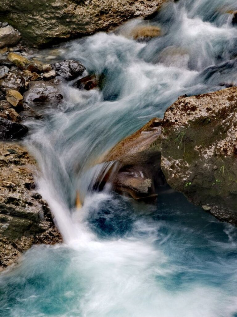 Das schäumende Wasser in der Bürser Schlucht in Vorarlberg
